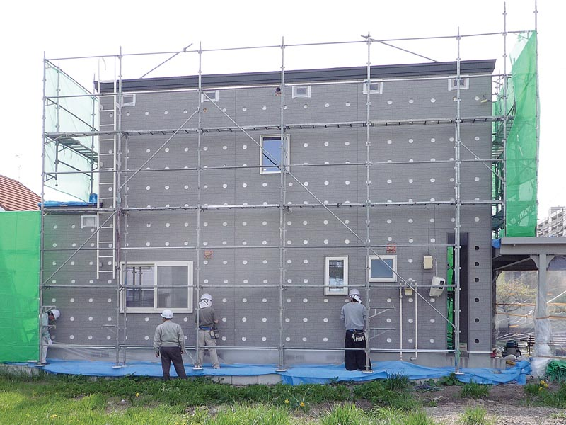 壁の中に湿気が入っても「DAN壁」を通して屋外に抜けるよう、既存サイディングには穴をあけておく