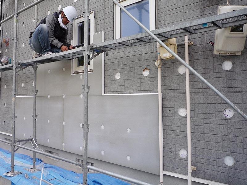 断熱材のEPS(ビーズ法ポリスチレンフォーム)を既存サイディングの上から施工。廃材がほとんど出ないので環境にやさしい