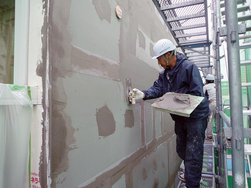 断熱材同士の継ぎ目をグラスファイバーメッシュとベースコート(下塗り材)で補強
