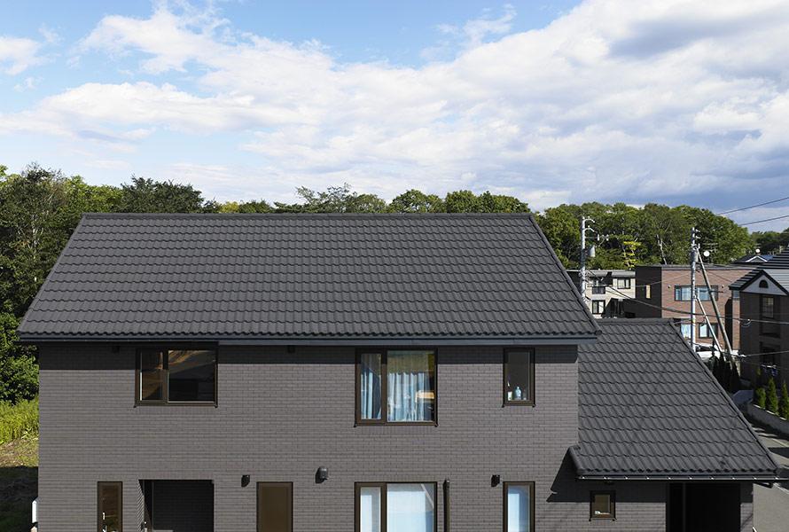 デクラ「ミラノ」のサーブル色を採用した住宅。和風やモダンにも合う色調だ