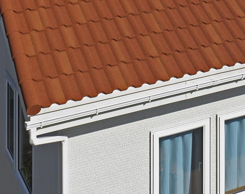 白い雨樋が屋根に沿って伸びる。デクラミラノから結構距離が離れていることに注目!