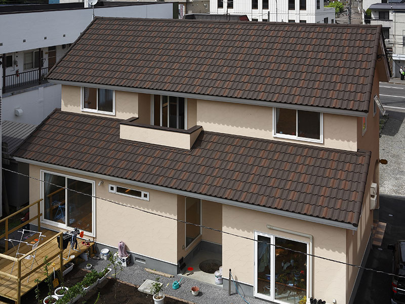 AHI社・デクラ「ミラノ」のバーントアンバー色を採用した住宅