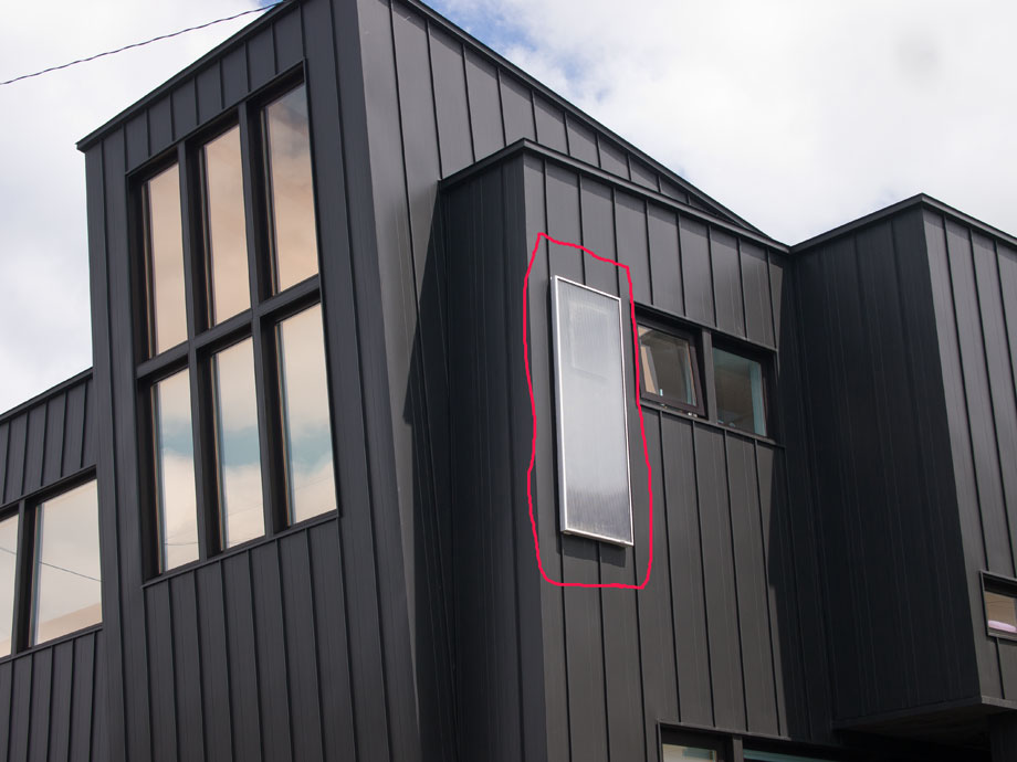 松澤さんの自邸に取り付けたソーラーウォーマー(赤丸で囲んだ部分)。遠くから見ると窓のようで目立たない